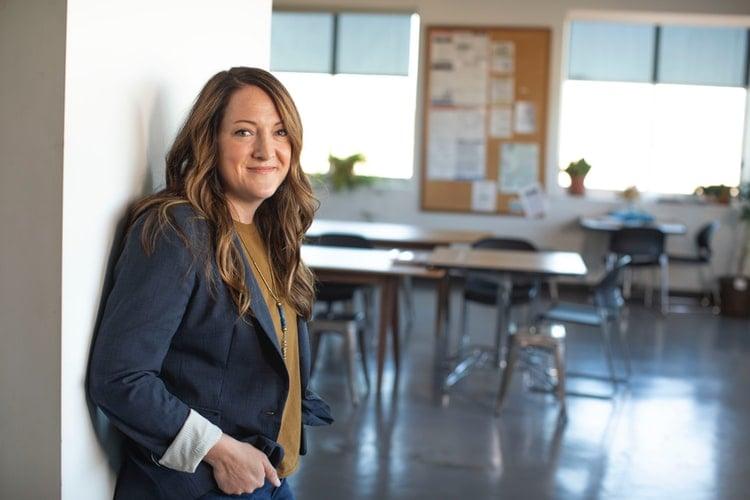 mulher jovem em escritório